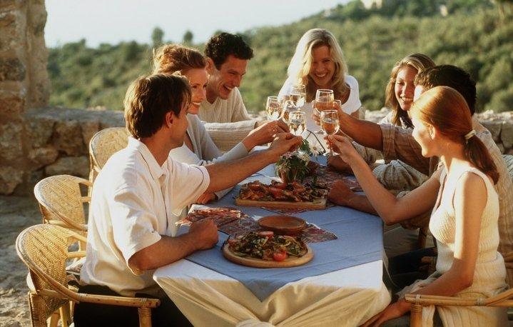 Иностранные люди за обеденным столом
