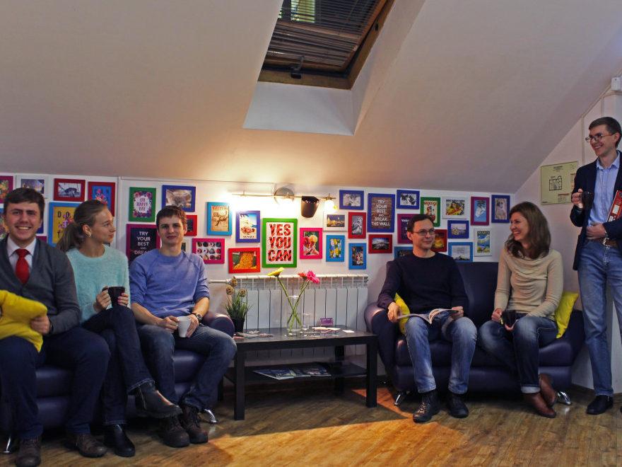 Студенты в школе английского SAY YES - комната отдыха